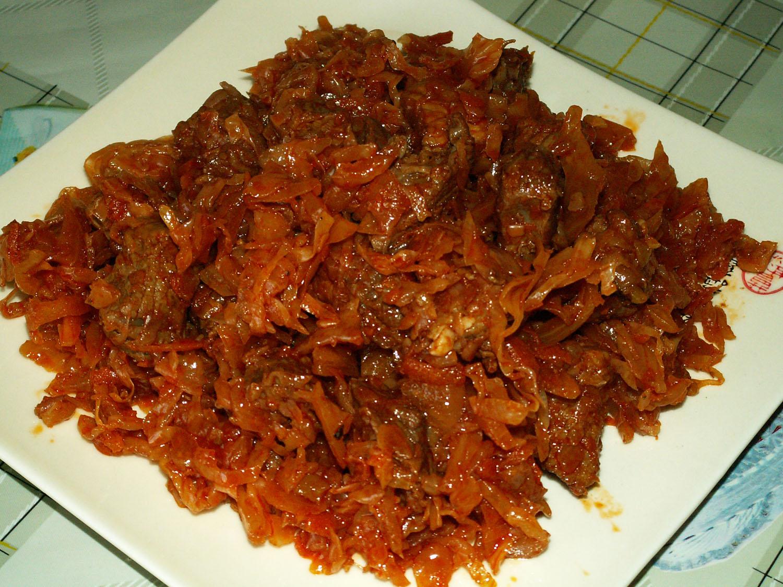 Рецепт тушеной капусты с картошкой и сосисками, для дома
