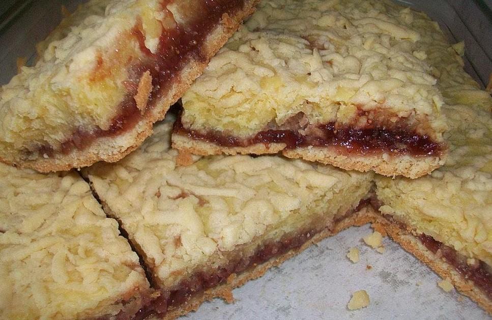 простой рецепт пирога со сметаной и клубничным вареньем