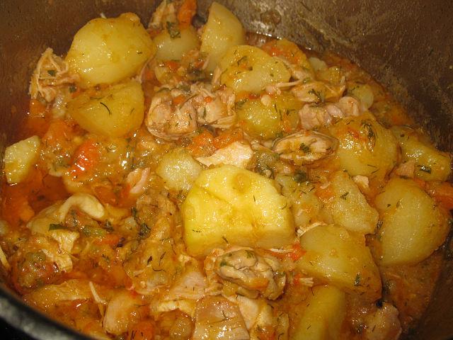 Тушить картошку с курицей в мультиварке