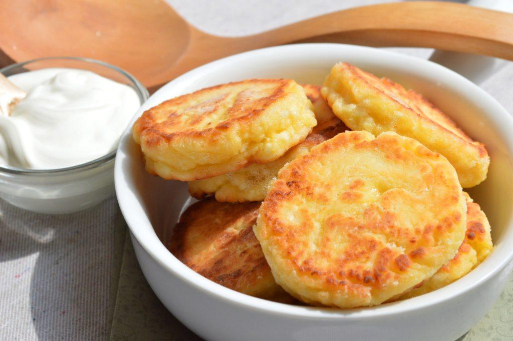 Как приготовить вкусные сырники из творога с изюмом