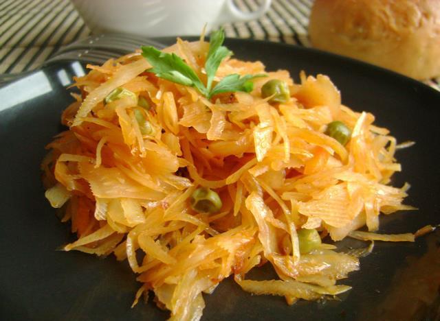 Потушить квашеную капусту в мультиварке с сосиской 2