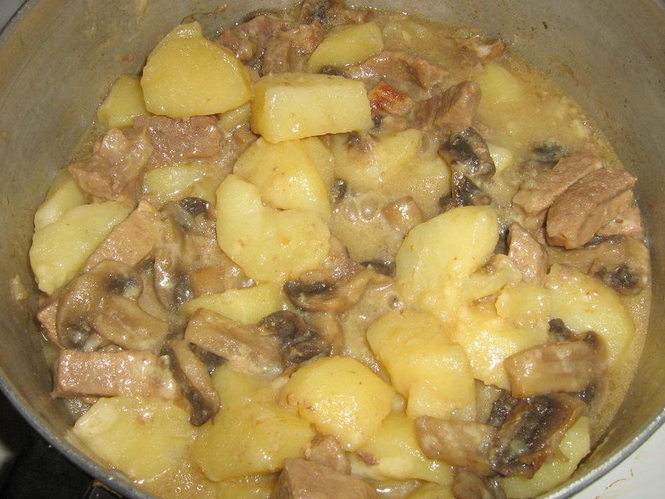 Картофель тушеный с грибами и курицей