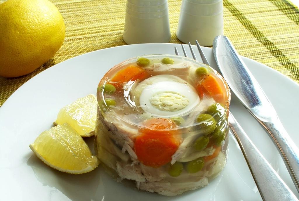 После застывания можно смело подавать блюло на стол с острым соусом или хреном